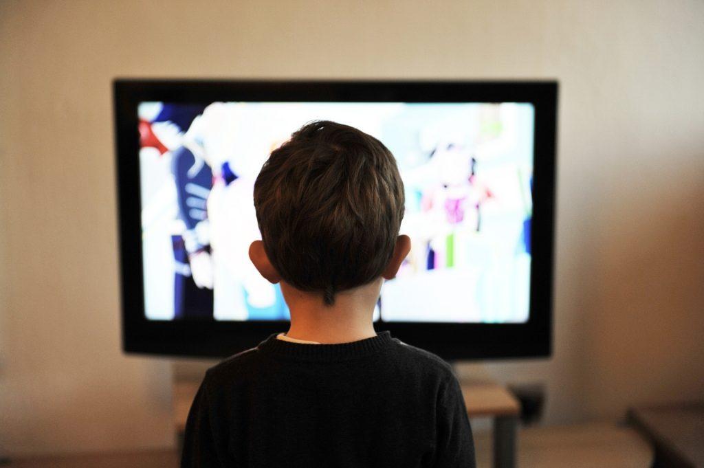 niño mirando la televisión. foto de pixabay