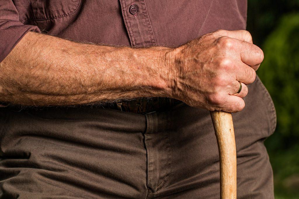 foto de un señor mayor, pixabay